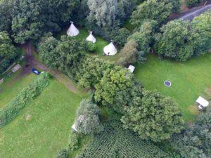luchtfoto van Mini Camping Twekkelo met de tipi´s van Wohali