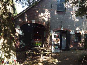 achterzijde van de boerderij van Mini Camping Twekkelo met toegang tot de Delle